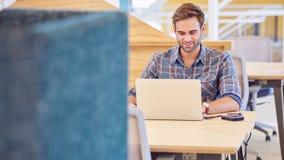 Erwachsener Mannesunternehmer stark bei der Arbeit über seinen Laptop Lizenzfreie Stockbilder