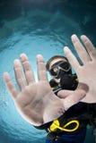 Erwachsener Mannesunterwasseratemgerättaucher, der seine Hände zeigt. lizenzfreies stockfoto