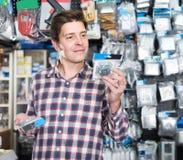 Erwachsener Mannkäufer, der Schalter nach Licht und Sockeln im SH sucht lizenzfreie stockfotos
