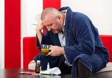 Erwachsener Mannpatient mit Kälte- und Grippekrankheitsentlastung stockbild