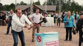 Erwachsener Mannstoß mit Kraft auf empfindlichem aufblasbarem stehen Schmiedehammer bereit Sommerfestival stock video footage