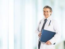 Erwachsener qualifizierter Arztdiagnostiker lizenzfreie stockbilder