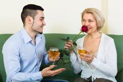 Erwachsener Sohn und ältere Mutter mit Wein stockfotos