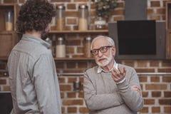 erwachsener Sohn und ältere Vaterunterhaltung stockbild