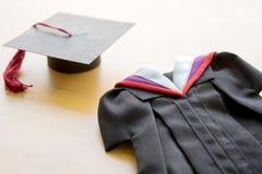 Erwachsener Student, Staffelung, Staffelungs-Kleid, hohes Sch Stockbilder