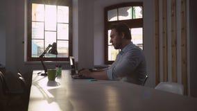 Erwachsener Unternehmer, der auf PC rechnet stock video footage