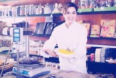 Erwachsener Verkäufer, der süße Torte mit Zuckerglasur anbietet stockfoto