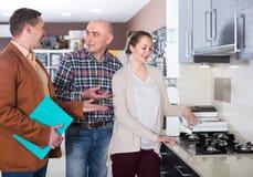 Erwachsener Verkäufer und Käufer an den Küchenmöbeln lizenzfreie stockfotografie