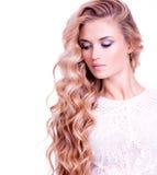 Erwachsenes blondes Mädchen mit dem langen blonden gelockten Haar Lizenzfreies Stockbild