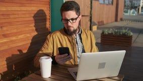 Erwachsenes Kühlen mit den Geräten im Freien vom Café stock video footage