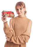 Erwachsenes Mädchen mit Geschenk Stockfotos