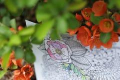 Erwachsenes Malbuch mit natürlichen Blumen Stockfotografie