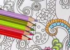 Erwachsenes Malbuch und bunte Bleistifte Lizenzfreies Stockfoto