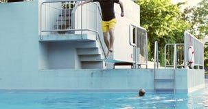 Erwachsenes Manntauchen in das Wasser im Sommer stock video
