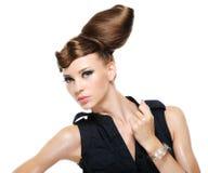 Erwachsenes Mädchen mit stilvoller Frisur der kreativen Art und Weise Stockfotos