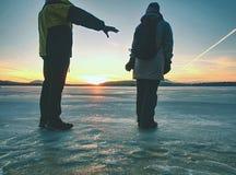 Erwachsenes Paarhändchenhalten, das auf Winterstrand geht stockfotos
