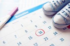 Erwarten Sie ein Babykonzept auf Kalender stockfoto