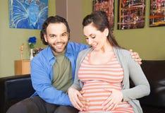 Erwartung der Mutter mit Vater lizenzfreie stockbilder