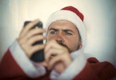 Erwartung, Liebe und Verrat, Hippie-Sankt-Mann mit Handy stockfotos