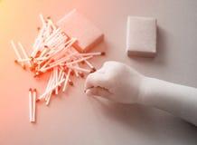 Erweitert sich kleine Kinderspiele mit Match, ein Feuer, ein Feuer oben, Gefahr, Kind und Match, lucifer Match lizenzfreie stockbilder