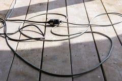 Erweiterung des elektrischen Kabels schließen Baustelle auf dem Holz an Lizenzfreie Stockbilder
