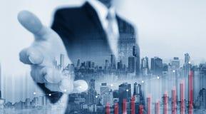 Erweiterungshand des Doppelbelichtungs-Geschäftsmannes mit Gebäuden in der Stadt und im anheben Diagramm lizenzfreie stockfotos