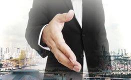 Erweiterungshand des Geschäftsmannes mit Hauptstadthintergrund, selektiver Fokus, flache Schärfentiefe stockbild