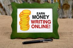 Erwerben Sie das Geld, das on-line-Inhalt - blogging Konzept schreibt Stockbild