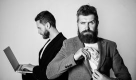 Erwerben Sie Geld on-line-Gesch?ft Sie k?nnen Geld verdienen Team des Web-Entwicklers mit Laptop und Verkaufsleiter mit Bargeld stockbilder