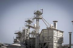 Erwärmungsraffinerie, Rohrleitungen und Türme, Schwerindustrieüberblick Lizenzfreies Stockfoto