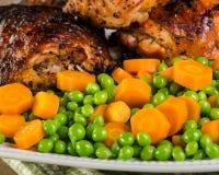 Erwten en wortelen met kip Stock Foto