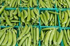 Erwten in manden bij de markt van de landbouwer Stock Fotografie