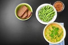 Erwtensoep met roggebrood en mosterd Stock Foto's
