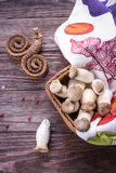 Eryngii di pleurotus del fungo di ostrica di re sui precedenti di legno Stile rustico fotografia stock