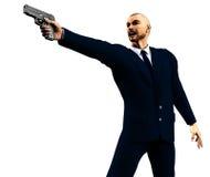 Erzürnter Mann in einer dunklen Klage, die eine Gewehr anhält Stockfotos