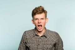Erzürnter verrückter schreiender Mann des emotionalen Zusammenbruches lizenzfreie stockfotografie