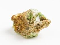 Erz grüner Tourmaline auf weißem Hintergrund lizenzfreies stockfoto