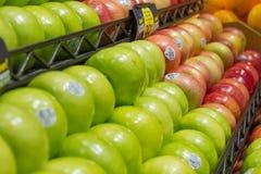 Erzeugnis: Oma Smith Apples im Vordergrund stockfoto