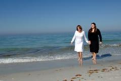 Erzeugungen der Frauen am Strand Stockbilder