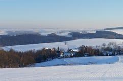 Erzgebirge的斯诺伊村庄在德国 库存图片