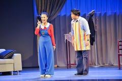 Erzählen Sie dem Vati eine Geschichte zu Mantel Hörenjiangxis OperaBlue Lizenzfreies Stockfoto