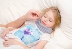 Erziehen Sie Tropfenfänger Drogen beimischen in der Nase des kleinen Mädchens Lizenzfreie Stockfotografie