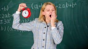 Erzieheranfangslektion Sie interessiert sich für Disziplin Lehreringriffwecker Mädchenschullektor Wann es ist lizenzfreie stockfotos