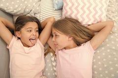 Erziehnungs- und Familienbeziehungen von gl?cklichen kleinen M?dchen im Schlafzimmer Familie und Parentingkonzept kleine M?dchen  stockbild
