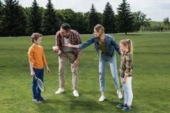 Erzieht unterrichtende Kleinkinder, wie man Badminton spielt Stockfoto