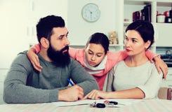 Erzieht unterzeichnende Papiere für Scheidung Stockfotos