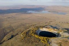 Erzproduktion in der Erde-` s Kruste füllte mit Wasserbergwerkfunktionen lizenzfreie stockfotografie