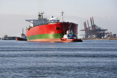 Erzs-Massengut-Ölträger geschleppt durch zwei Schlepper Stockbilder
