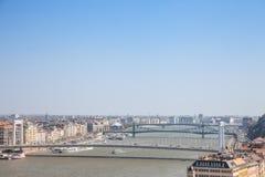 Erzsebet、Szabadsag和裴多菲桥梁掩藏了在多瑙河在布达佩斯,匈牙利,从上面被看见,在一个温暖的下午期间 库存图片
