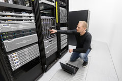 Es Beraterarbeit im datacenter Stockfotos